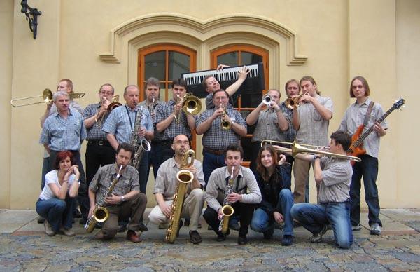 Swing Band 2005: zleva 1.ř.: Tousková (voc), Mládek (ts), Straka (bs), Pecháček (as), Kratochvílová (voc), Valeš (tbn), 2.ř.: Studnička (tbn), Král (dr), Chlumecký (tbn), Čech (ts), Halák (as), Hruška (tbn), Voběrek (pno), Musil (tpt), Bouma (tpt), Okrouhlík (gt), Tůma (tpt), Vichta (bg)