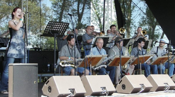 Mighty Sounds 2006: 1. řada zleva: voc: P. Kratochvílová; sax: Mládek, Čech, Halák, Pecháček, Straka; 2. a 3.: řada zleva, tpt: Mach, Musil, Tůma; tbn: Chlumecký, Valeš, Studnička.
