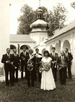 Úplně první foto, r. 1986: zleva J. Fajfr, J. Hromádka, V. Suda, Z. Prášek ml., T. Goll, Š. Prášková, J. Janák, J. Vavřinec, Z. Prášek.